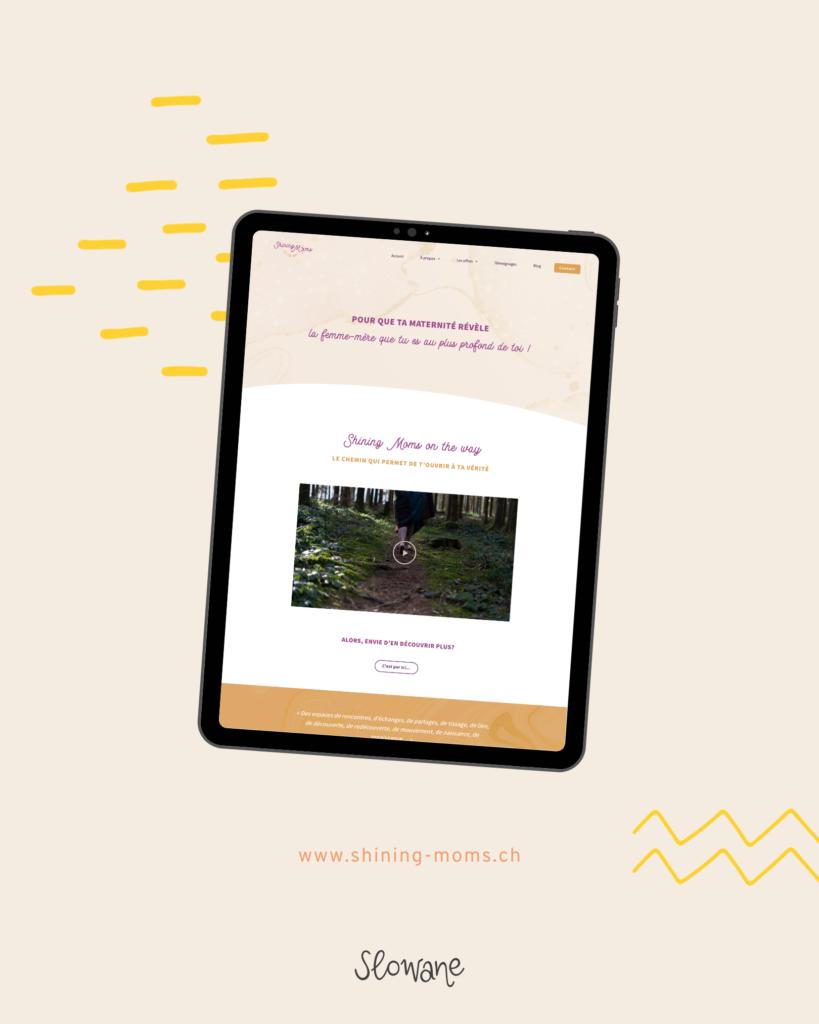 Exemple du site web apparaissant sur une tablette, sur fond beige.